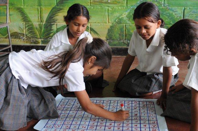 Barn som mister skolegang på grunn av krig og konflikt er den store uretten årets TV-aksjon skal bøte på. Jentene på bildet er fra Colombia, og har fått bedre forhold på skolen takket være et samarbeid mellom Unicef og lokale myndigheter.