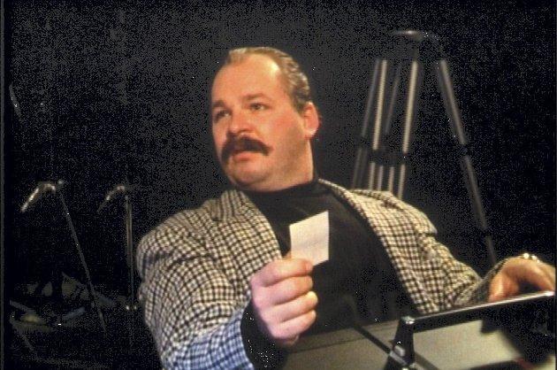 Vises igjen: «Showbiz»  er ikke blitt vist eller utgitt siden 90-tallet. Fredag, 29. september,  vises den på Cinemateket i Oslo. Er det lov å håpe at vi igjen skal få se Pål Nielsen som «Mr. TV» på lerretet i Falsk/Mathisenlandet Fredrikstad, spør Anders Holstad Lilleng. Skjermdump fra NRK