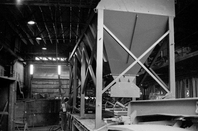 Et doseringsapparat som er bygd for Fredrikstad Granitkompani fraktes med lastebil fra bedriften til Sorgenfri.
