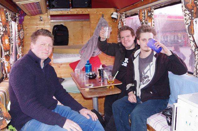 Stein Rune Stensby (27), Knut André Østlund (26) og Runar Bekkelund eier en Mercedes 309 hvor det er plass til 16 stykk. Bussens rånersesong starter alltid i Charlottenberg skjærtorsdag.