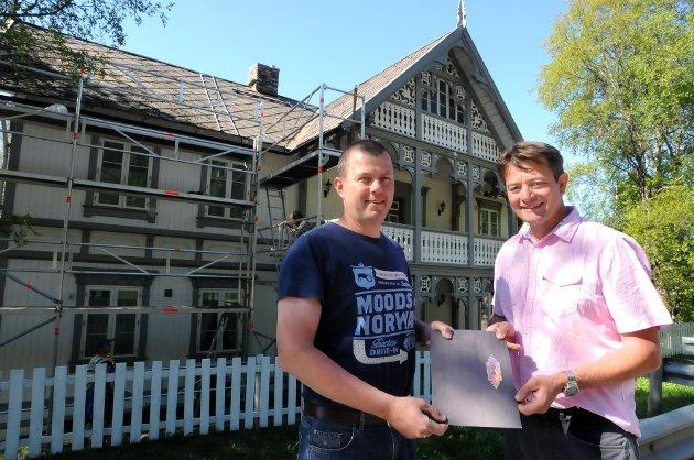 RESTAURERING: Einar Utgaard (t.v.) er blant dem som tidligere har fått midler fra Kulturminnefondet og fondets leder, direktør Simen Bjørgen.