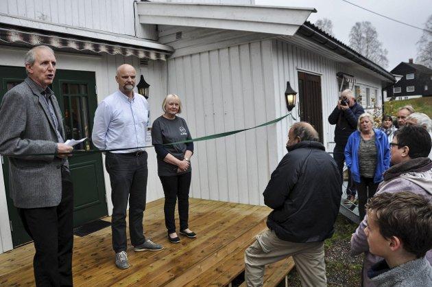 ÅPNING: Butikken ble åpnet av representanter fra NLM Gjenbruk. Fra venstre: Tor Magne Normann (administrasjonskonsulent), Jan Erik Lehre og Liv Lehre.