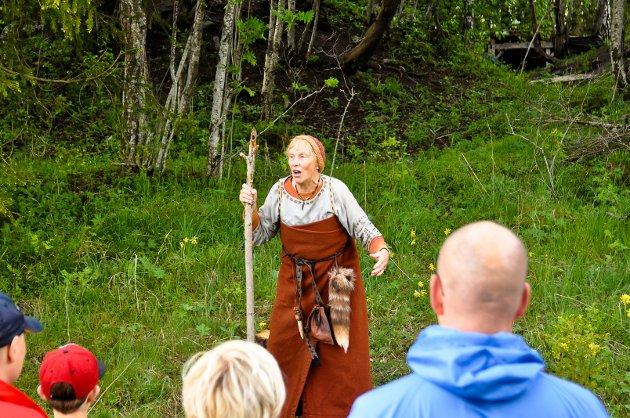 HISTORIE: Anne Brodtkorb, som karakteren Tyri, starter reisen ved å fortelle om tidlig historie.