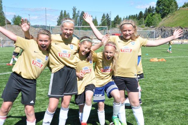 Sara Lunder, Emmy Nikoline Strømnes, Tilde Tandstad Vannebo, Henriette Thomassen og Marthe Gamkinn Sveum koser seg på fotballskole i varmen.
