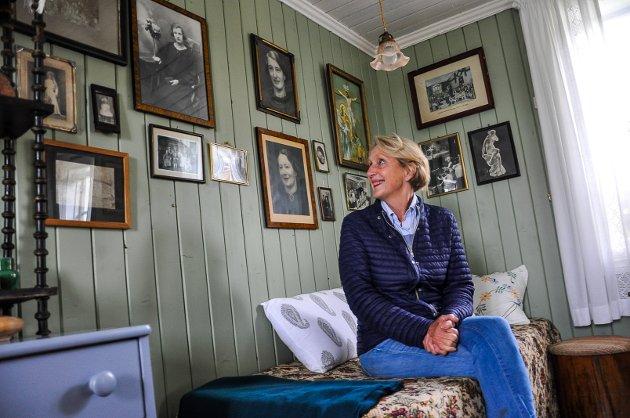 Ser opp på Klara: Her er det bokstavelig talt historie på veggene. Anne Inger ser opp på bildet av Klara Bjørklund som hun har mange minner fra.