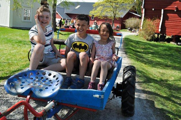 MORO: Markus Podznakova (9), San Miguel Olsen (9) og Meadow Marie Olsen (6) storkoste seg på Heier gård. Her er de klare for en tur i traktoren.