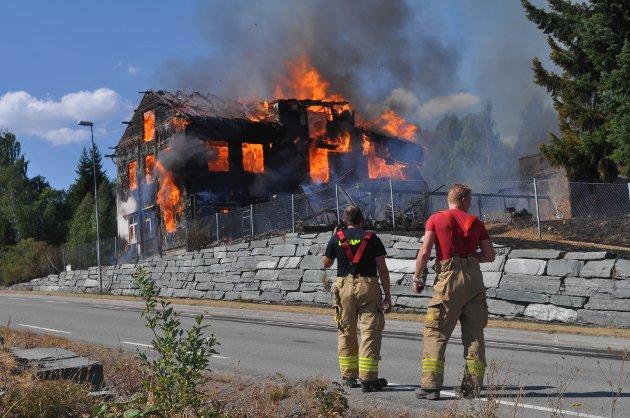 IKKE TIL Å REDDE: Gamle Lunby skole var overtent da brannmannskapene kom til stedet, og det var ikke mulig å redde bygget.