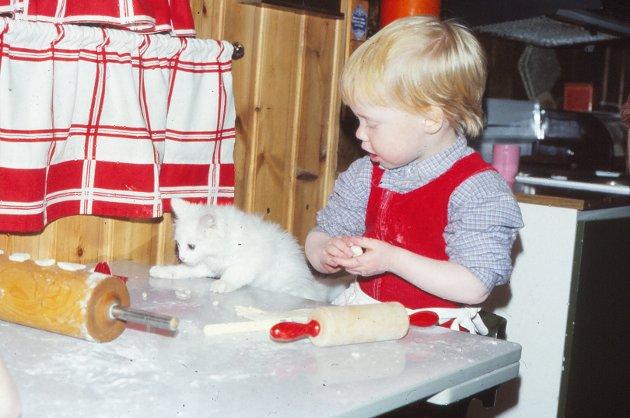 Minner: Julen er en tid for samvær og minner. Her baking i fellesskap på begynnelsen av 1980-tallet.