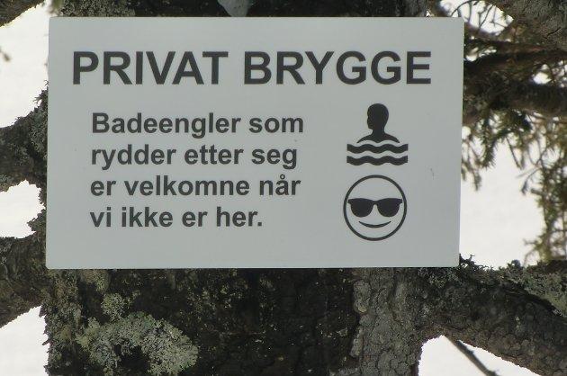 PRIVAT?: Badeengler som rydder etter seg er velkomne når vi ikke er her står det å lese på dette skiltet som Eva Huseb har tatt på Mylla.