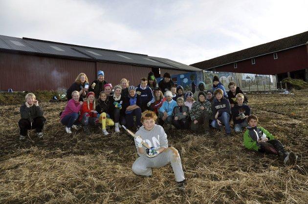 DEKOR: Lærer Ole Molden inviterte elevene sine på 7.t rinn til å dekorere betongveggen på gjødselsoppsamlingsplassen for det nybygde fjøset. De tok utfordringen.