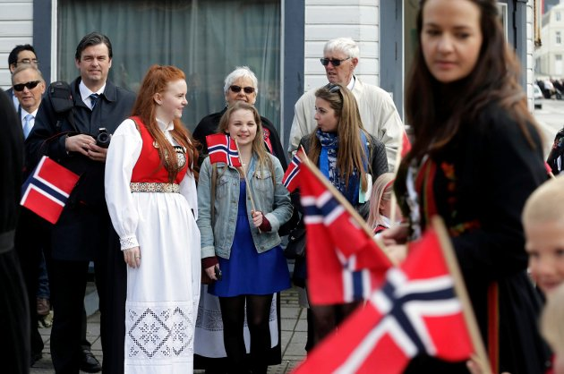 Barnetoget i Haugesund sentrum. Thea Elida Eike inviterte to studievenninner fra England tiil langhelg i haugesund med 17.mai-feiring. FV: Thea Elida Eike, Jess Heasman og Amy Rye.