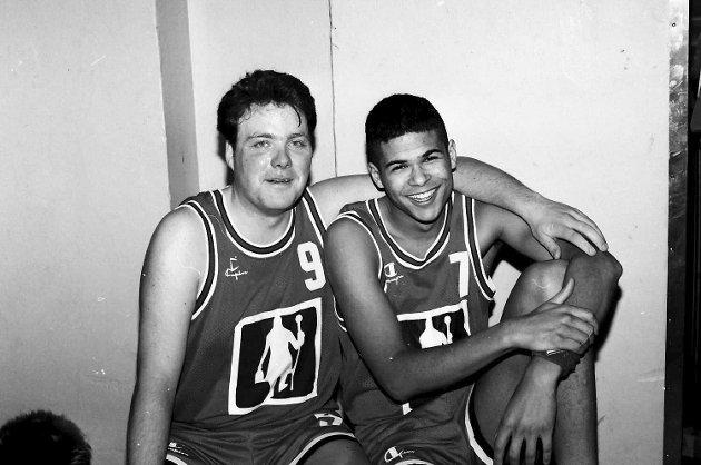 Basketballkamp 13. feb. 1994 mellom MBK-NTHI. Bjørn Larsen og Lasse Elsfjord Weeden
