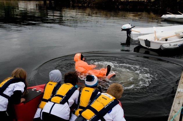 Deltakerne skal redde instruktør Renate Haugan opp fra vannet.