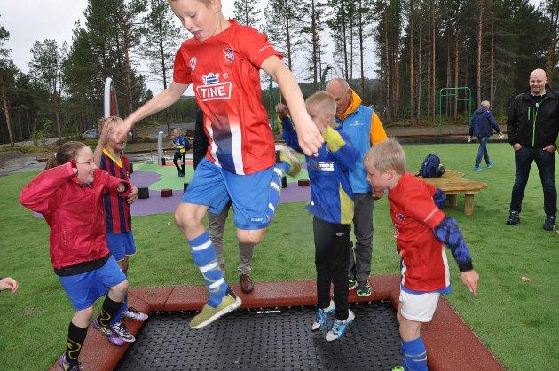 Mange barn testet mandag den nye aktivitetsparken på Alta Idrettspark.
