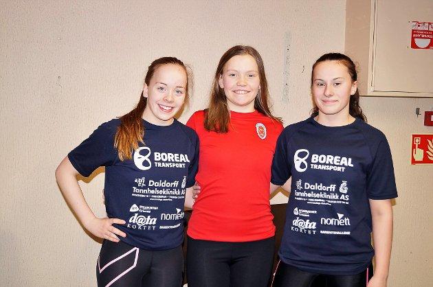 Fra venstre: Una Jensen (16), Kirkenes SK. Siiri Næss (15), Karasjok SK. Julia Nowbuoth (15), Kirkenes SK. Klasse J – 2001.