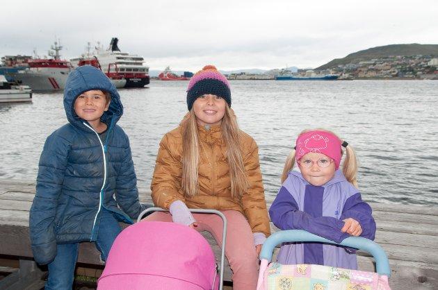 William, Thea Emilie og Ronja var klar med dukkevogn før paraden.