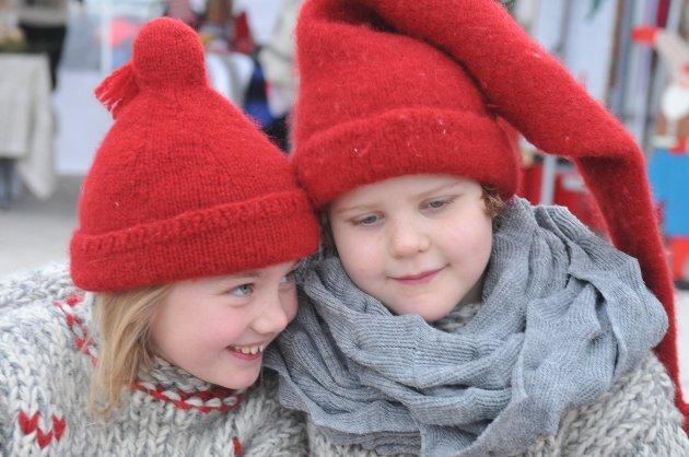 NISSER: Sol Marlene Klevenger og Emma Aurora Nergård (t.v.) koser seg og venter på at julegrana skal tennes.