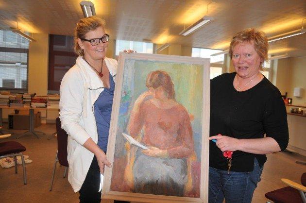 KUNST: – Dette maleriet av Rolf Hidle må få en fremtredende plass på den nye skolen, mener Nina Hammer t.v. og vikar Mette Tøien.