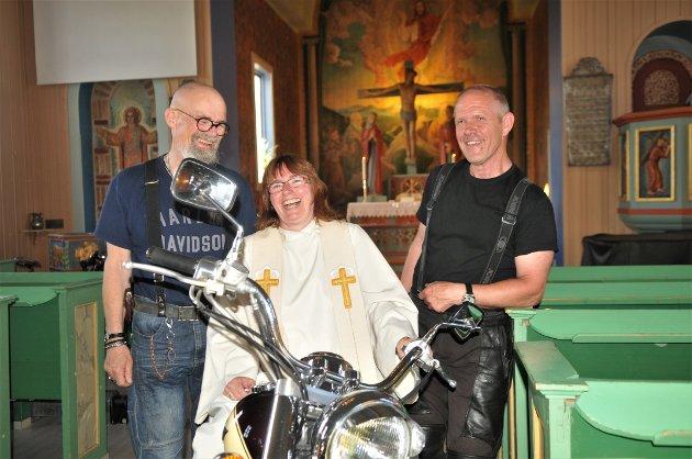 Dette var en annerledes, men fin gudstjeneste, sier Erik Andersen Vang fra Stabæk (t.v.) og Odd Runar Valdal fra Haslum til sogneprest Hanne G. Sinkerud, her plassert på sin tohjuling.