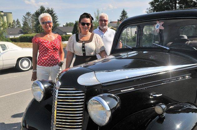 Wenche Helen Aamodt (I forgrunnen) kjørte i sin Vauxhall 46-modell. Her sammen med Annie og Svein Alvær, alle fra Fosser.