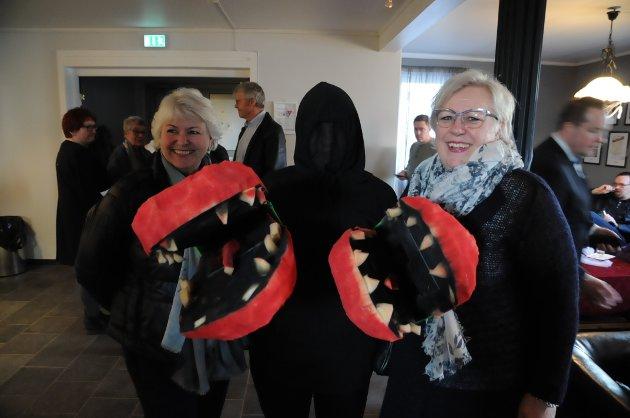 Skremmende velkomst: Berit Kjeldseth Arntzen (t.v.) og Helen Nyhus ble møtte av en kjøttetende plante (Anna Westbye Olsen).
