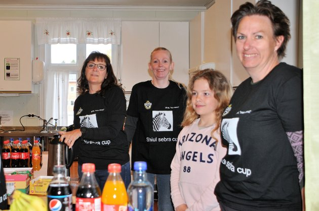 BLIDE DAMER I KIOSKEN. Fra v. Eileen Hellesjø, Jane Brit Løland, Lisa Maria Claussen Bruu og Camilla Claussen.