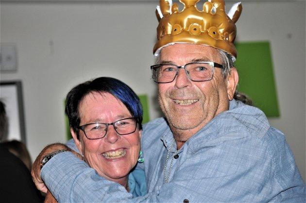 – NÅ LURTE DU MEG GODT, sier Jarle Pedersen og gir samboer Inger Lise Haga en real klem.