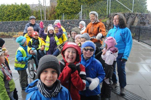 SYKKELGLEDE: Barna fra Montessoribarnehagen var med Rolf Bjercke og Bjarne Mathisen på sykkeltur fra Rove sykehjem til byen via heisen. Berit Lundstadsveen Johansen har Per Krogsæther som passasjer. Gabriele Hager til høyre.
