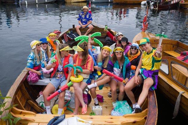 Chartergjengen fra Kragerø deltok i fargerike drakter - noe de gjorde lurt i. De vant nemlig prisen for årets kostyme.
