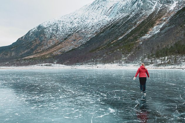 Emilie Kaldestad Ersland skeisar på Fjellandsbøvatnet i Uskedalen.