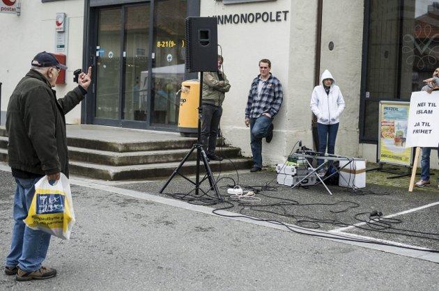 Årets bilde: Louis Eriksen fra Kongsberg da han viste fingeren til de høyre-ekstreme i Stopp islamiseringen av Norge, da de hadde stand på Nytorget i Kongsberg i september. foto: Irene Mjøseng