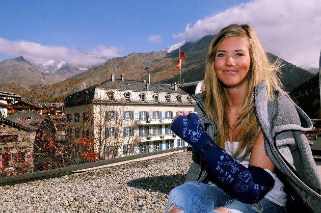 Silje Norendal smiler tappert fra taket på Hotel Dom i Saas Fee, for mens venninnene kjører på brett på breen må hun holde seg ro etter å ha ødelagt håndleddet.