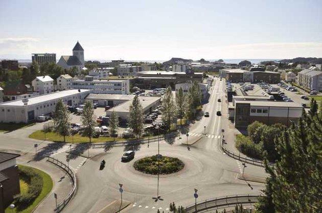 """På venstre side av Lofotgata vil det nye handelskvartalet etableres. Nederst på høyre side av Lofogata ligger kjøpesenteret AMFI og nærmest på samme side Rema. Mellom ligger flere hundre parkeringsplasser. Det nye handelskvartalet strekker seg fra rundtkjøringen ned til tverrgata ved  """"Gamle Royal Hotel"""". Kvartalet vil bli koblet sammen med AMFI i en luftig passasje fra RIMI/KIWI bygget."""
