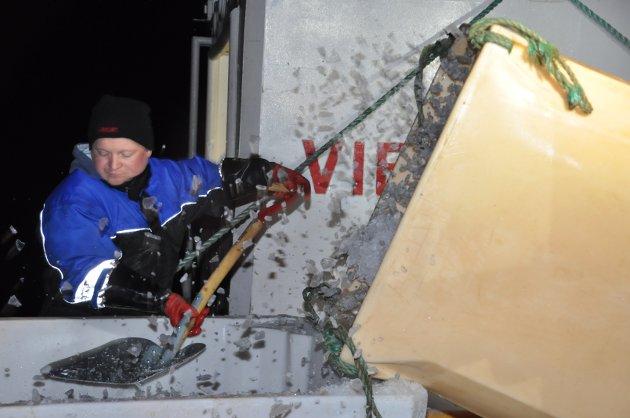 """OPPDATERT: 8. FEBRUAR: Lofotsesongen er så vidt i gang og vi åpner nå det første albumet med bilder fra Livet på kaia rundt om i Lofoten.   Det går for når mannskapet på """"Vibeke Cathrin"""" tar om bord is."""