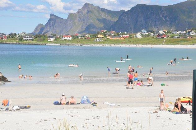 REISELIVET: Flere turister gir ikke økt folketall i de mindre Lofot-kommunene. Her fra stranda på Ramberg. Foto: Magnar Johansen
