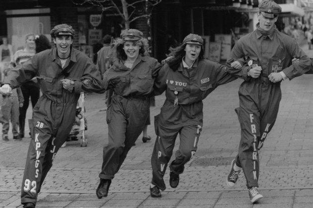 Mosseruss 1992 danser i gågata.