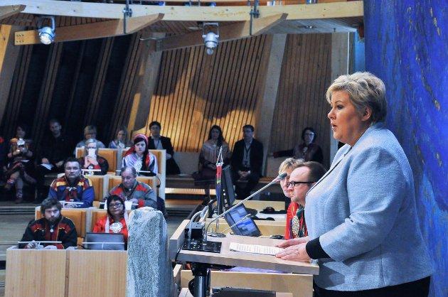 I de 7,5 årene Erna Solberg har vært statsminister, har samtlige «konsultasjoner» med Sametinget og samiske organisasjoner vært ført bak lukkede dører, skriver EDL-leder Jarl Hellesvik. Her er statsministeren på besøk i Sametinget i 2016.