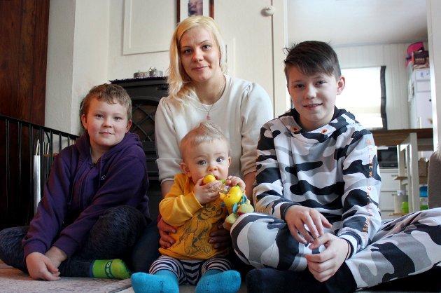 Marion Olsen med sønnene Mathias (9), William (10 måneder) og Benjamin (12). Hun får ikke barnehageplass av Senja kommune på grunn av rigide regler.
