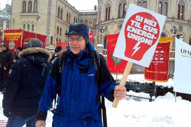 Artikkelforfatter Olav Flaate deltar i demonstrasjon ved Stortinget i januar 2018.