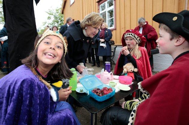 TROMSØ  20160618. Kong Harald og dronning Sonja starter jubileumsreisen med besøk til Tromsø lørdag. Reisen inngår som en del av markeringen av Kongeparets 25-årsjubileum.  Jubileumsreisen innledes med kongeparets hagefest for 300 inviterte gjester på 'Skansen» i Tromsø. Foto: Lise Åserud / NTB scanpix