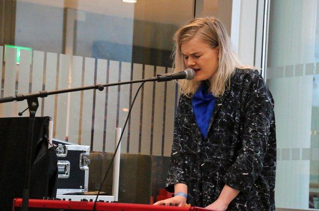 SPILTE: Artist Lisa Skoglund holdt en minikonsert under åpningen. Alle foto: Astrid Øvre Helland