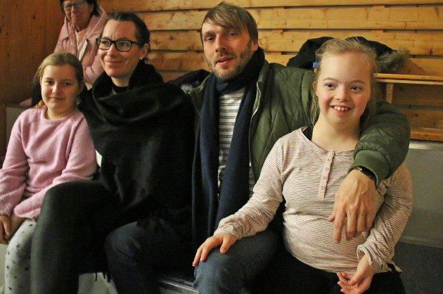PÅ PLASS: Emma Sofie Fjellstad (snart 11), Merethe Moberg, Per-Steinar Johansen og Ingrid Fjellstad (14) var på på plass i Tromsøhallen for å se lillesøster Frida (6).
