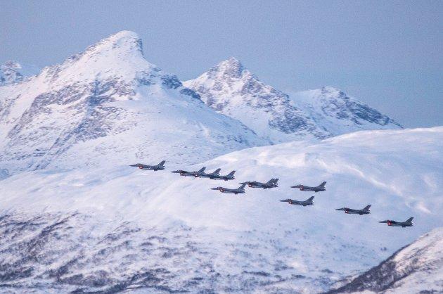 Jagerflyformasjonen kom flyvende fra nord og fløy over Tromsøysundet, før ferden gikk videre sørover.