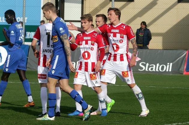 Runar Espejord (t.h.) gratuleres etter hans 5-0-mål.
