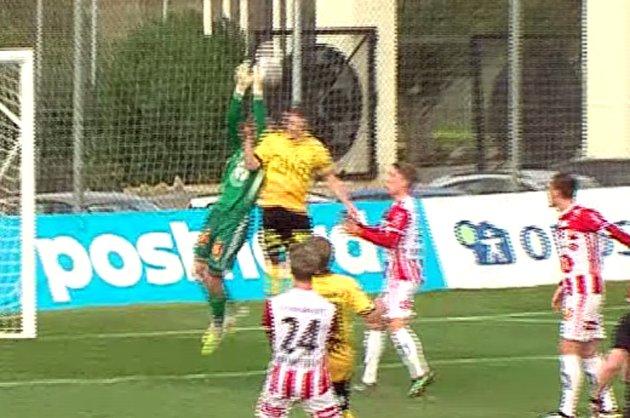 Her dundrer Tomas Malec inn i Gudmund Taksdal Kongshavn rett før 1-0 ligger i nettet. Frispark? Det mente i hvert fall TIL-keeperen.