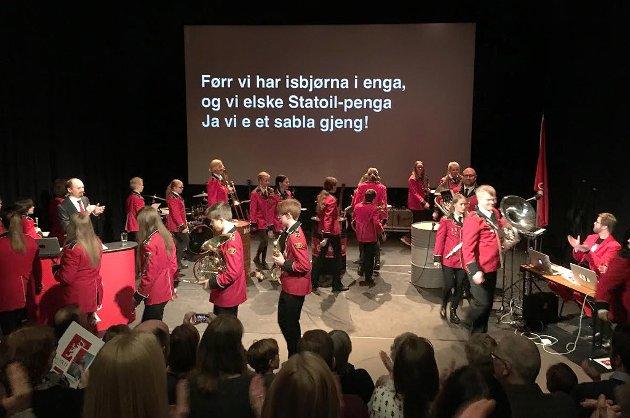 Nordting har en form som minner om folkemøtet. Amund Sjølie Sveen hevder selv at dette ikke er teater. Foto: Marte Hotvedt