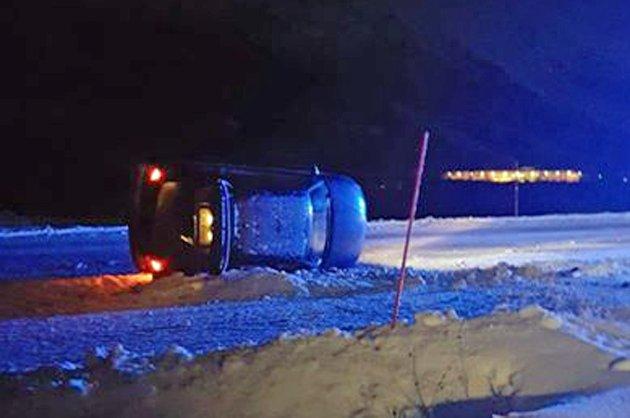 En personbil kjørte av veien og havnet på siden på E6 ved Nordkjosbotn fredag ettermiddag. Sjåføren ble sendt til legevakta etter hendelsen.
