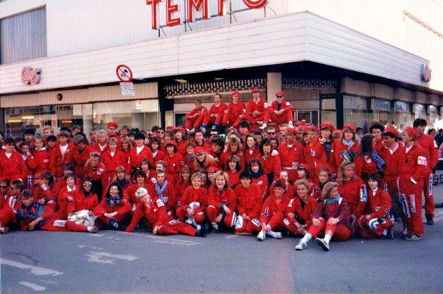 Denne gjengen var elever ved Kongsbakken videre skole, og russ i 1987. Her har de tatt oppstilling ved Tempo-hjørnet. - Jeg var nok der et sted - med skulderlangt og bølgete hår. Ungene blir helt fortvilet når de ser meg på gamle bilder, flirte daværende russepresident Lars Martinussen i en Nordlys-reportasje i fjor.