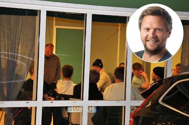MØRKETID I FLØYALAND: Sportslig leder Bård Bergvoll (stående) avbildet under møtet det heftige møtet mellom sportslig ledelse og spillerne i klubben i forrige uke.  Nå mener Nordlys-journalist Lars Eidissen at klubbens toppledelse må la høre fra seg om krisesituasjonen i klubben.