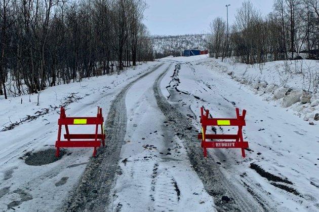 I OPPLØSNING: - Jadevegen fra Kroken sykehjem og opp til øverste parkering i Tromsø Alpinpark samt parkeringsplassen. Veien går i oppløsning vært eneste år og er ikke kjørende på, skriver leseren som tok dette bildet og bildet du straks skal få se.
